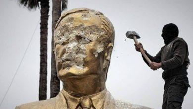 """Photo of بعد 8 سنوات على تحطيمه من قبل أهالي درعا.. نظام الأسد يُخطط لنصب تمثال """"المقبور"""" في درعا المحطة"""
