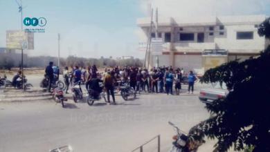 """صورة وقفة احتجاجية في أم المياذن تُجبر """"الأمن العسكري"""" على إطلاق سراح شابين من أبنائها"""